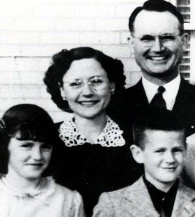 Herbert, Bonnie, Nancy şi Kenyon, cei 4 Clutter care au fost măcelăriţi într-o noapte de noiembrie. Azi, la aproape 60 de ani distanţă, citind genialul roman al lui Capote, tragedia lor te cutremură de parcă s-ar fi întâmplat ieri