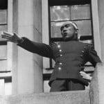 """Yukio Mishima scandând """"Tenno Banzai!"""" Foto: Wikimedia Commons"""