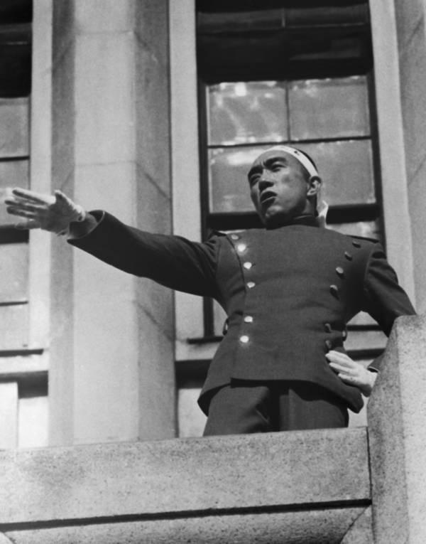 """Yukio Mishima, scandând """"Tenno Banzai!"""" Foto: Wikimedia Commons"""