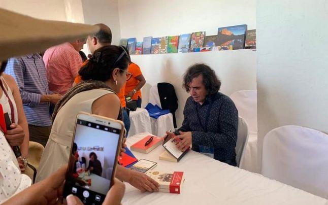 Mircea Cărtărescu, acordând autografe în Columbia