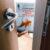 """""""Și, deodată, cineva bate la ușă"""" de Etgar Keret"""